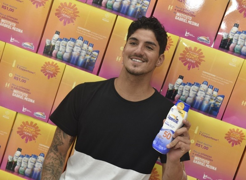 Coppertone realiza ação com Gabriel Medina em farmácia e promove seu Movimeto Conta Comigo Medina