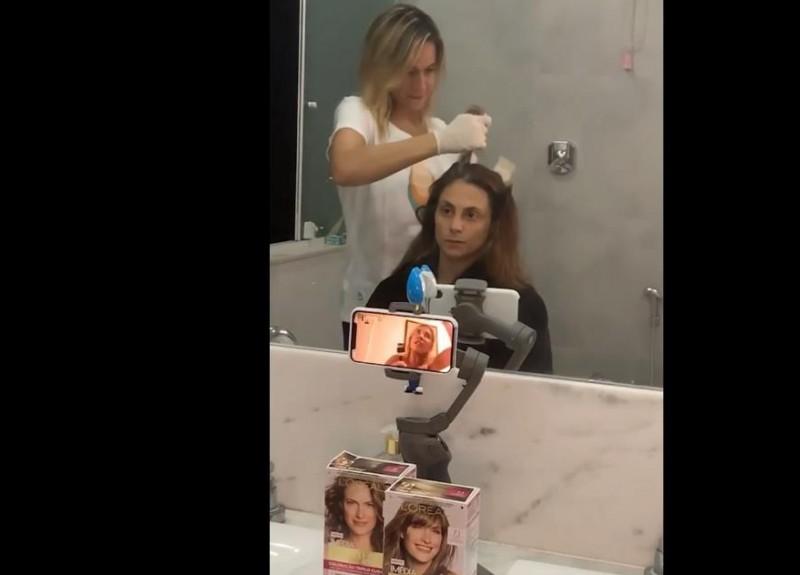 Em ação para L'Oréal, Fernanda Gentil tinge os cabelos da esposa em casa