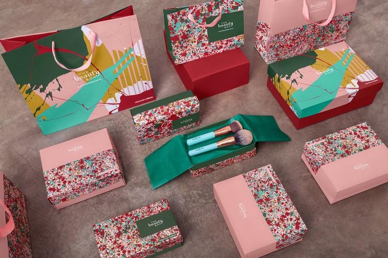 The Beauty Box e Olivia Lambiasi se juntam para criar artes exclusivas em sacolas da marca